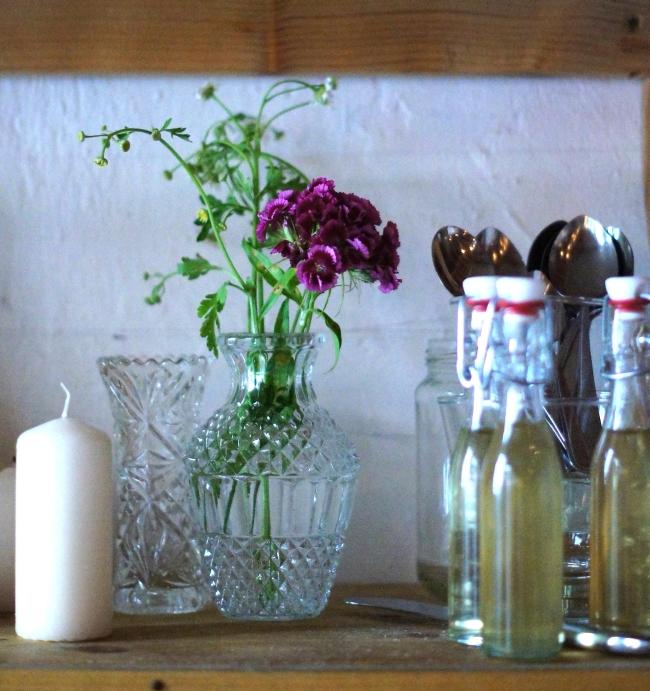 Blumendeko in Vintage Glas
