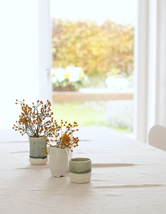 Herbstdeko in weiß, eisblau und orange | Foto: Sabine Wittig