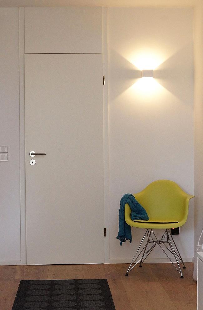 Eames Chair und Wandleuchte im Flur
