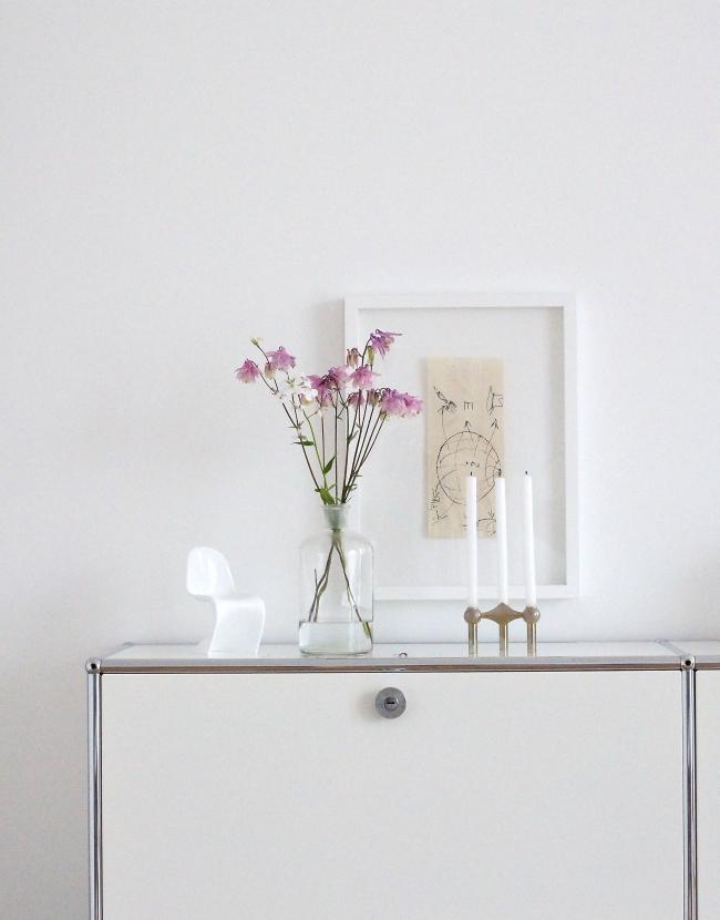 Akeleien auf dem Sideboard   Foto: Sabine Wittig