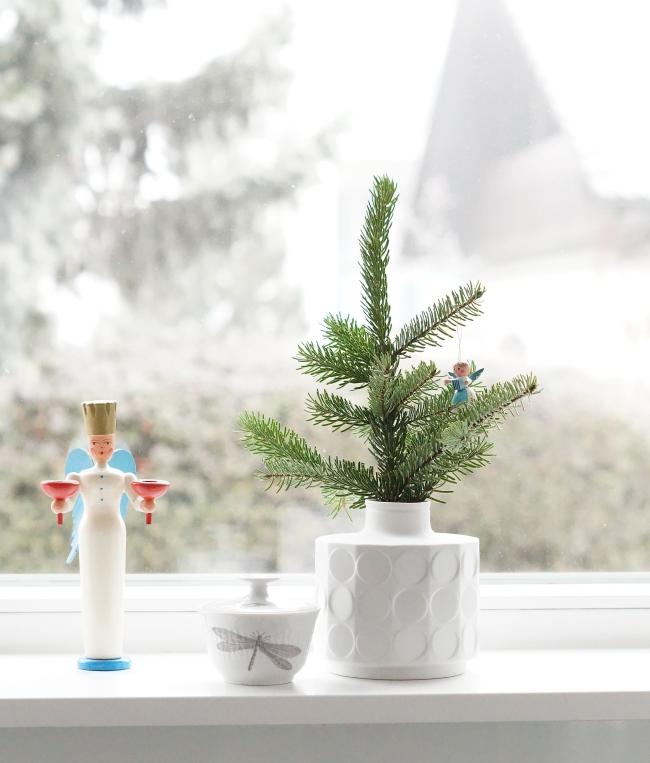 Vintage Adventsschmuck auf der Fensterbank | Foto: Sabine Wittig