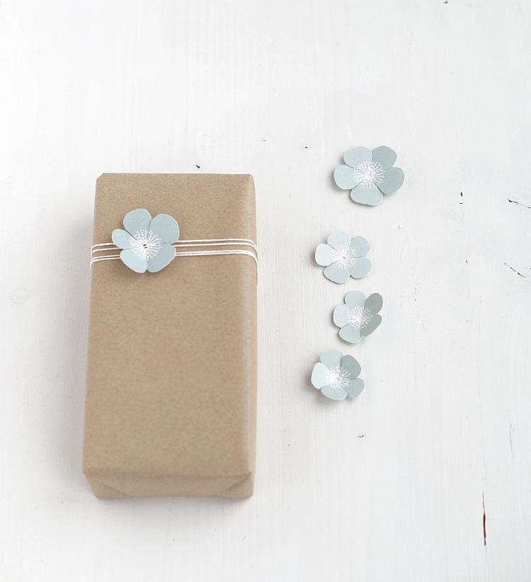 Kraftpapier und Papierblüten | Foto: Sabine Wittig