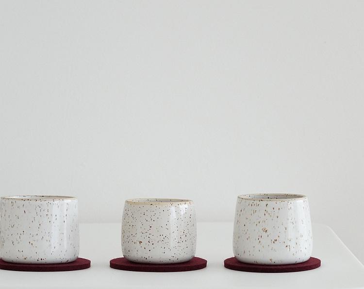 Becher von Suntree Keramik, Filzuntersetzer von Parkhaus Berlin