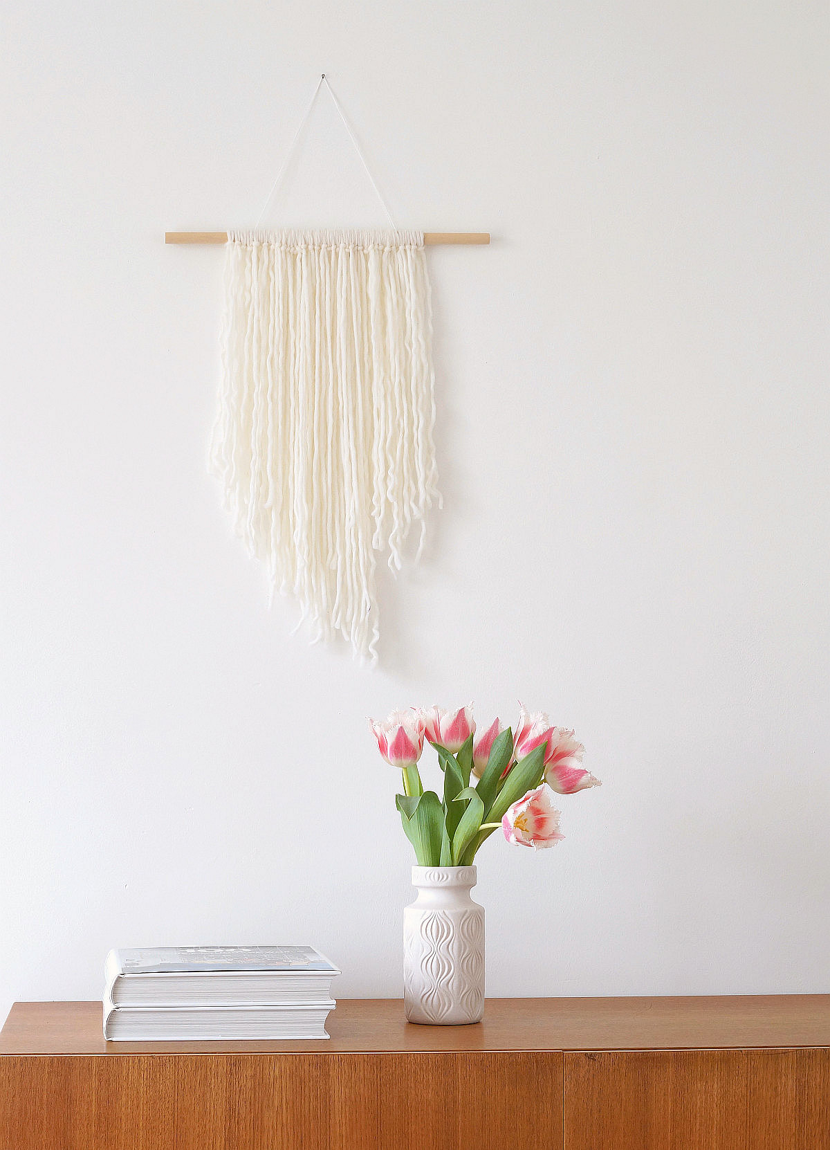 Quick DIY: Wandbehang aus Wollfäden | Foto: Sabine Wittig