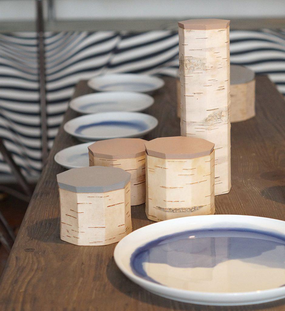 Vorratsdosen aus Birkenrinde von Moya und Porzellanteller von Anna Badur | Foto: Sabine Wittig
