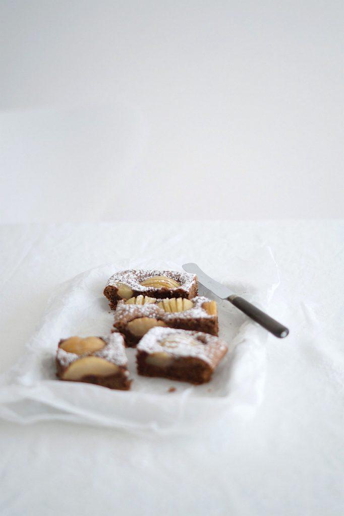 Rezept für Birnen-Schoko-Kuchen auf azurweiss | Foto: Sabine Wittig