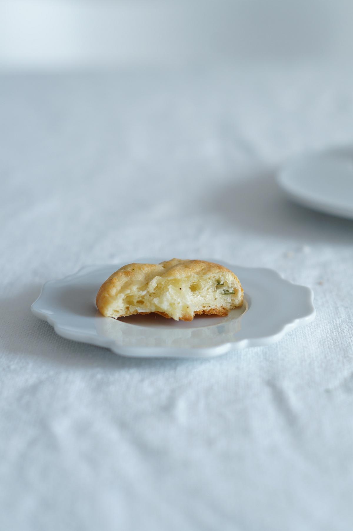 Rezept für schnelle Kräuter-Käse-Scones aus azurweiss | Foto: Sabine Wittig